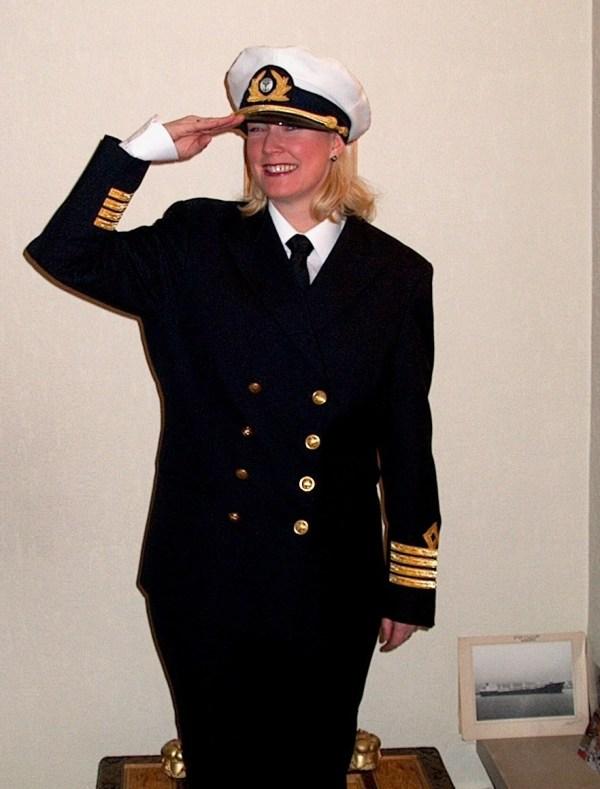 Her er jeg i min fars kapteinsuniform i 2001 - ante vel da at jeg skulle bli en 1/4 fullbefaren sjømann :-)