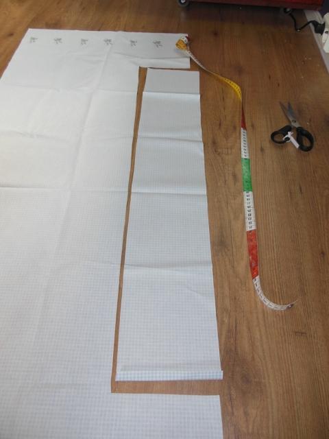 Så målte rundt (omkretsen) av setet og det ble ca 80 cm. Jeg klipte så en rett ramse som var 80 cem. Bredden er ca. 10 cm. Det spørs hvor langt under sykkelsetet du vil ha trekket.