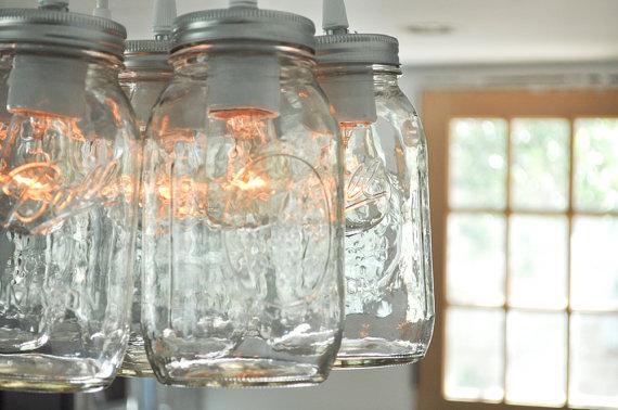 Bildet er hentet ifra http://www.etsy.com/uk/listing/78400893/mason-jar-light-chandelier-lucky-seven?ref=market