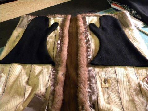 Her er det sydd et par ullvanter som skal ha skinnfor i fra en gammel kåpe.