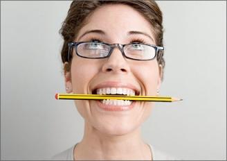 Blyant i munnen for å stimulere smilemusklene som skaper velvære