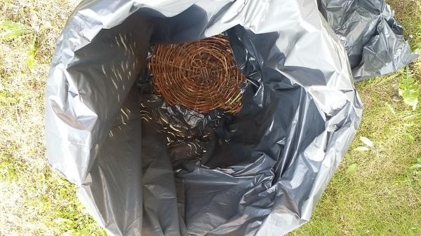 Bunnen av søppelsekken er klippet ut.